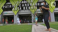 Sejumlah pasien COVID-19 yang berstatus OTG (Orang Tanpa Gejala) melakukan senam pagi bersama petugas medis di Stadion Patriot Chandrabhaga, Bekasi, Jawa Barat, Rabu (16/12/2020). (Liputan6.com/Herman Zakharia)
