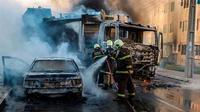 Petugas pemadam kebakaran berupaya memadamkan api akibat kerusuhan yang meluas di Kota Fortaleza di Brasil utara (AFP/Alex Gomez)