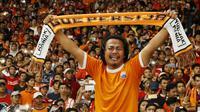 Seorang Jakmania menangis saat merayakan kemenangan Persija Jakarta atas Bali United pada final Piala Presiden di SUGBK, Jakarta, Sabtu (17/2/2018). Persija menang 3-0 atas Bali United. (Bola.com/M Iqbal Ichsan)