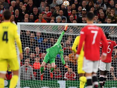 De Gea telah mencegah gol Villarreal datang lebih cepat dengan beberapa penyelamatan luar biasa untuk menggagalkan upaya wakil Spanyol itu. Ia pun membayar kesalahannya ketika agal mengeksekusi penalti krusial dalam kekalahan di final Liga Europa musim lalu. (AFP/Anthony Devlin)