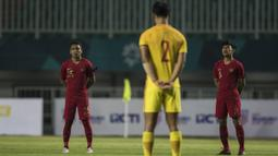 Pemain Timnas Indonesia dan China mengheningkan cipta mengenang Haringga Sirilla sebelum laga PSSI 88th U-19 di Stadion Pakansari, Jawa Barat, Selasa (25/9/2018). Indonesia kalah 0-3 dari China. (Bola.com/Vitalis Yogi Trisna)