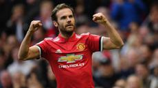 Juan Mata mengawali karier di Liga Inggris sejak tahun 2011 bersama Chelsea. Tiga musim berselang, Mata memutuskan untuk berlabuh ke Manchester United. Pemain berkebangsaan Spanyol tersebut tercatat mampu memberikan assist sebanyak 64 kali dalam 271 penampilannya di Liga Inggris. (AFP/Paul Ellis)
