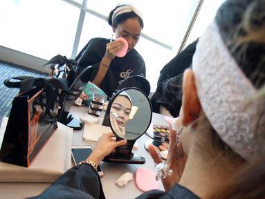 Peserta berias saat mengikuti Lifestyle Meetup kelas beauty workshop di SCTV Tower, Jakarta, Sabtu (12/8). Dalam acara ini sebanyak 30 peserta belajar merias wajahnya untuk hasil selfie yang sempurna. (Liputan6.com/Helmi Afandi)