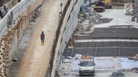 Kendaraan terjebak macet ketika melintasi proyek pembangunan underpass Mampang di kawasan Mampang, Jakarta, Rabu (27/12). Proyek senilai Rp200 miliar itu dibangun sepanjang 800 meter, lebar 20 meter dengan empat lajur jalan. (Liputan6.com/Faizal Fanani)