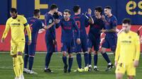 Pemain Atletico Madrid merayakan gol yang dicetak Joao Felix ke gawang Villarreal dalam laga jornada 25 La Liga, Senin (1/3/2021) dini hari WIB. Atletico Madrid menang 2-0 di markas Villarreal. (AP Photo/Jose Breton)