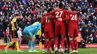Para pemain Liverpool merayakan gol yang dicetak Mohamed Salah ke gawang Watford pada laga Premier League di Stadion Anfield, Liverpool, Sabtu (14/12). Liverpool menang 2-0 atas Watford. (AFP/Paul Ellis)