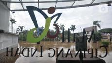 Kondisi Mall Cipinang Indah yang terendam air saat banjir melanda, Jakarta Timur, Rabu (1/1/2020). Selain merendam permukiman warga, banjir kali ini juga melumpuhkan Mal Cipinang Indah yang terpaksa ditutup akibat terendam air. (merdeka.com/Iqbal S Nugroho)