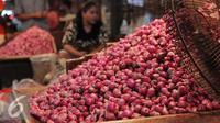 Harga bawang merah mengalami kenaikan hingga 40 persen. kenaikan harga hingga Rp 45 ribu per kg yang sebelumnya seharga Rp30 ribu per kg di Pasar Kramatjati, Jakarta, Selasa (8/3). (Liputan6.com/Angga Yuniar)