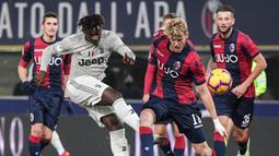 Striker Juventus, Moise Kean, melepaskan tendangan saat melawan Bologna pada laga Copa Italia di Stadion Renato Dall'Ara, Bologna, Sabtu (12/1). Bologna kalah 0-2 dari Juventus. (AFP/Tiziana Fabi)