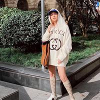 Saat berlibur di Shanghai, penampilan BCL terkesan sederhana dengan hoodie, topi, tas, kaos kaki serta sneakers. Namun semua barang yang digunakan oleh BCL merupakan barang merek terkenal. (Liputan6.com/IG/@bclsinclair)