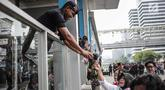 Peserta aksi yang tergabung dalam komunitas Spartan Nusantara membagikan bunga kepada Brimob di sekitar Gedung Bawaslu, Jakarta, Minggu (26/5/2019). Aksi tersebut sebagai bentuk terima kasih kepada TNI/Polri karena setia dan menjaga keamanan NKRI terkait sengketa pemilu.(Www.sulawesita.com)