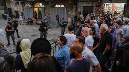 Pasukan Israel melarang pengunjung untuk memasuki kompleks Masjid Al-Aqsa di Kota Tua Yerusalem, Jumat (17/8). Tindakan itu menyusul serangan pisau terhadap seorang polisi Israel di dekat Gerbang Damaskus. (AFP/Ahmad GHARABLI)