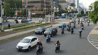 Kendaraan melintasi Jalan MH Thamrin, Jakarta, Senin (24/5/2020). Kepala Dinas Perhubungan Provinsi DKI Jakarta Syafrin Liputo mengungkapkan kebijakan ganjil genap terhadap sepeda motor belum akan diterapkan dan hanya berlaku bagi kendaraan roda empat. (Liputan6.com/Immanuel Antonius)