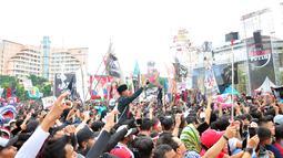 Para penonton menghadiri Apel Kebangsaan 'Kita Merah Putih' di lapangan Pancasila Simpang Lima Semarang, Minggu (17/3). Mengenakan pakaian dan ikat kepala serba merah putih, penonton berduyun-duyun ke lokasi acara. (Liputan6.com/Gholib)