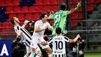 Para pemain Juventus merayakan kemenangan atas Bologna pada laga Liga Italia di Stadion Renato-Dall'Ara, Minggu (23/5/2021). Juventus menang dengan skor 4-1. (AFP/Andreas Solaro)