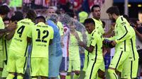 Pemain Barcelona merayakan gelar juara La Liga yang baru saja di raih. Barcelona memastikan meraih gelar La Liga Spanyol musim 2014/2015 setelah menang atas tuan rumah Atletico Madrid 1-0 di Stadion Vicente Calderon, Minggu (17/5). (AFP PHOTO / GERARD JU