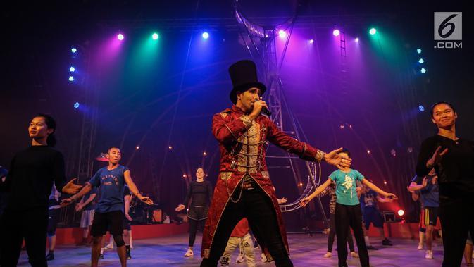 Pemain sirkus Oriental Circus Indonesia (OCI) berlatih akrobat dan trapeze jelang gelaran The Great 50 Show di Senayan, Jakarta, Rabu (12/12). The Great 50 Show akan dibuka pada 14 Desember  hingga 20 Januari 2019 di Jakarta. (Liputan6.com/Fery Pradolo)