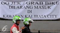 Spanduk penolakan ditujukan kepada Go-Jek dan Grab Bike terpasang di kawasan Kalibata City, Jakarta, Rabu (8/7/2015). Sejumlah pengojek regular menolak keberadaan layanan ojek online. (Liputan6.com/JohanTallo)