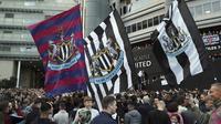 Suporter Newcastle united tumpah ruah di depan Stadion St. James Park usai klub resmi diakuisisi oleh Public Investment Fund (PIF), sebuah konsorsium dari Arab Saudi. (AP/Scott Heppell)