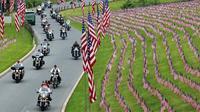 Sejumlah pengendara motor melintas di Pemakaman Nasional Indiantown untuk memperingati Hari Pahlawan di AS (27/5). Hari Pahlawan atau Hari Memorial ini diperingati setiap tahunnya pada Senin terakhir bulan Mei. (AP Photo/Michael Rubinkam)
