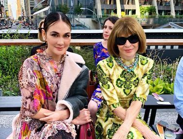 FOTO: Potret Outfit Luna Maya vs Julie Estelle di New York Fashion Week