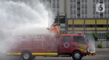 Petugas melakukan penyemprotan cairan disinfektan di Wisma Atlet Kemayoran, Jakarta Pusat, Sabtu (21/3/2020). Wisma Atlet Kemayoran disemprot cairan disinfektan sebelum dijadikan rumah sakit darurat virus corona COVID-19. (merdeka.com/Imam Buhori)