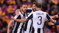 Leonardo Bonucci dan Giorgio Chiellini merayakan kesuksesan Juventus melaju ke semifinal Liga Champions 2016/2017. (Josep LAGO / AFP)