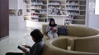 Pengunjung membaca buku di sebuah ruangan di Perpustakaan Nasional RI di Jakarta, Senin (6/11). Perpustakaan ini berada di Jalan Merdeka Selatan atau seberang parkiran IRTI Monas. (Liputan6.com/Faizal Fanani)