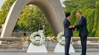 Presiden AS Barack Obama dan Perdana Menteri Jepang Shinzo Abe berjabat tangan setelah meletakkan karangan bunga di cenotaph di Taman Peringatan Perdamaian Hiroshima pada 27 Mei 2016. (AP Images)