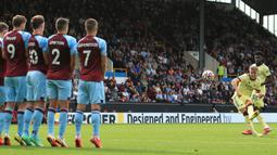Martin Odegaard. Gol tunggalnya via tendangan bebas  saat Arsenal menang 1-0 atas tuan rumah Burnley selain membawa The Gunners meraih kemenangan keduanya secara beruntun, juga sebagai jawaban atas cibiran terhadap pihak-pihak yang meragukan keputusannya gabung Arsenal. (AFP/Lindsey Parnaby)