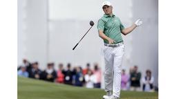 Pegolf Jordan Spieth asal Amerika Serikat melempar stik golf saat gagal memasukan bola pada kejuaraan  World Golf Championship-Dell di Austin Country Club, Texas, Sabtu (27/3/2016). (Mandatory Credit: Erich Schlegel-USA TODAY Sports )