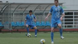 Gaya Dua pemain Uzbekistan berlatih mengontrol bola pada uji coba lapangan di Stadion Pakansari, Bogor, (26/4/2018). Uzbekistan merupakan salah satu tim yang akan mengikuti ajang PSSI Anniversarry Cup 2018. (Bola.com/Nick Hanoatubun)