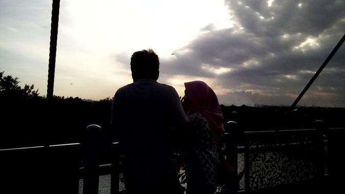 Senja Romantis Di Anjungan Jembatan Suroboyo Regional Liputan6 Com