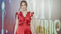 Tak selalu mengenakan busana bernuansa hitam. Beberapa waktu lalu saat menghadiri acara penghargaan, Jessica Mila pun terlihat mengenakan gaun berwarna merah. Penampilannya ini pun curi perhatian netizen. (Liputan6.com/IG/@jscmila)
