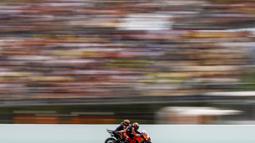 Fabio Quartararo sempat mengambil alih predikat pimpinan balapan, namun Oliveira tidak menyerah. Di lap 14, Oliviera memanfaatkan trek lurus untuk balik menyalip Quartararo. (Foto: AP Photo/Joan Monfort)