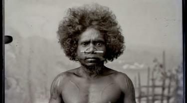 Seorang pria Aborigin yang didatangkan dari Australia Utara sebagai atraksi bersama binatang-binatang di kebun binatang keliling di Eropa dan Amerika. (Foto Kiriman: The Human Zoo)