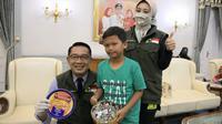 Gubernur Jabar Ridwan Kamil menyambut Hafidh dan Azrilia di Gedung Pakuan, Kota Bandung, Jumat (17/4/20). Hafidh dan Azrilia merupakan dua bocah yang menyumbangkan tabungannya untuk bantu penanggulangan Covid-19. (Humas Jabar)