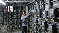 Warga mengecek meteran listrik di rusun tempat tinggalnya,  Jakarta, Rabu (13/4). Tarif listrik untuk golongan rumah tangga (R1) 900VA akan naik sebesar 140% mulai 1 Juli 2016. (Liputan6.com/Angga Yuniar)