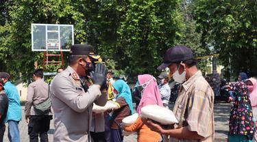Polres Pemalang membagikan sembako untuk warga tak mampu. (Foto: Liputan6.com/Humas Polres Pemalang)