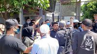 Massa mendatangi Lapas Gunung Sindur, Bogor meminta penjelasan penahanan kembali Bahar bin Smith, Selasa (19/5/2020). (Liputan6.com/Achmad Sudarno)