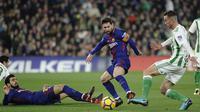 Gelandang Barcelona, Lionel Messi, berusaha melewati gelandang Real Betis, Andre Gomes, pada laga La Liga Spanyol di Stadion Benito Vilamarin, Sevilla, Minggu (21/1/2018). Betis kalah 0-5 dari Barcelona. (AFP/Cristina Quicler)