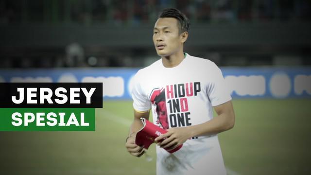 Jersey spesial digunakan kapten Timnas Indonesia, Hansamu Yama, untuk penghormatan kepada Choirul Huda dalam laga uji coba melawan Guyana.