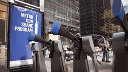 Sejumlah senjata yang merupakan instalasi seni dari Program Chicago Gun Share dipajang di Daley Center Plaza, Chicago, Illinois (14/5). Seni instalasi ini dipajang untuk mencegah kekerasan dari penggunaan senjata api. (Scott Olson / Getty Images / AFP)