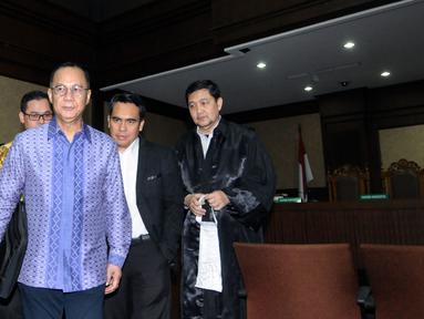 Terdakwa penerbitan SKL terhadap obligor BLBI, Syafruddin Arsyad Temenggung usai mengikuti sidang lanjutan di Pengadilan Tipikor, Jakarta, Kamis (31/5). Sidang mendengar putusan sela majelis hakim. (Liputan6.com/Helmi Fithriansyah)
