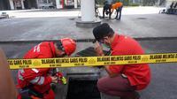 Polisi olah TKP ledakan di Jalan Margomulyo Surabaya (Dian Kurniawan/Liputan6.com).