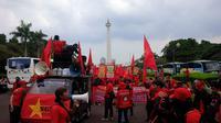 Puluhan ribu buruh mulai menyerbu kawasan Monumen Nasional (Monas). (Nafiysul Qodar/Liputan6.com)