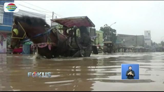 Banjir yang terjadi sudah tiga hari akibat luapan Sungai Citarum membuat ruas jalan utama menuju Kota Bandung menjadi lumpuh.