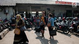 Calon penumpang menunggu kedatangan kereta di Stasiun Bekasi, Jawa Barat, Jumat (19/5). Perjalanan KRL Bekasi-Jakarta Kota yang sempat mengalami gangguan karena Stasiun Klender terbakar, kini kembali normal. (Liputan6.com/Gempur M Surya)