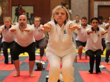 Para diplomat dari berbagai negara melakukan yoga bersama untuk memperingati Hari Yoga Internasional di New Delhi, India, Jumat (21/6/2019). Acara ini diikuti hampir 60 duta besar dari berbagai negara. (AP Photo/Altaf Qadri)
