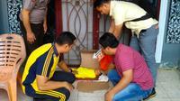 Personel Polresta Pekanbaru melakukan olah tempat kejadian perkara bayi dibuang orang tua dalam kardus. (Liputan6.com/M Syukur)